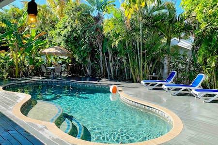 5 STARS! Tropical Salt H2O Pool, Steps to BEACH!!