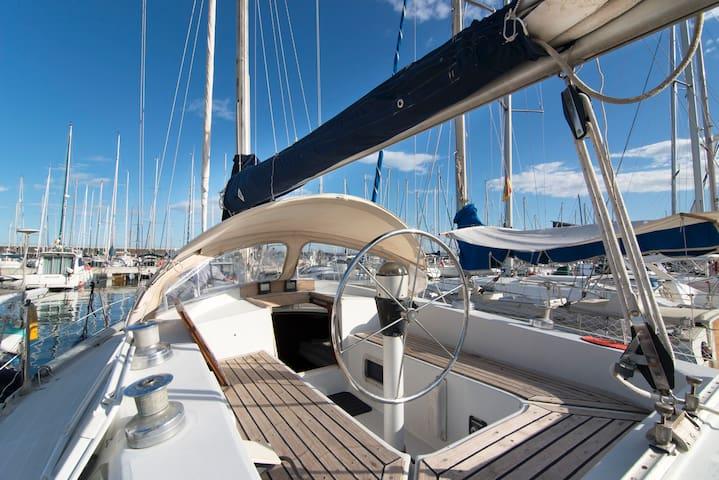 Beautiful & large classic sailboat