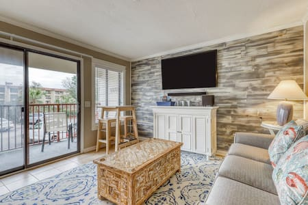 Cozy family-friendly villa w/ shared pool & tennis courts and near the beach!
