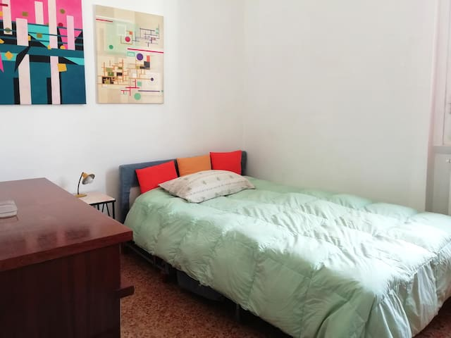 SINGLE ROOM 10 min walk to the center e station