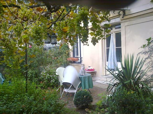 B&B in Old Paris house in a garden