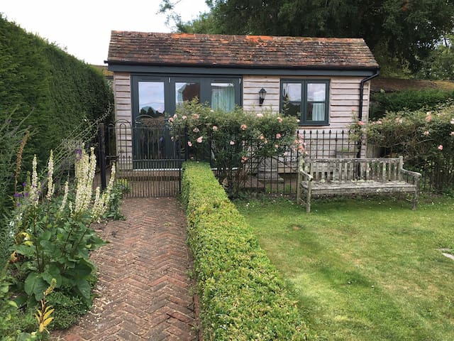 Self-contained Garden Cottage in idyllic location