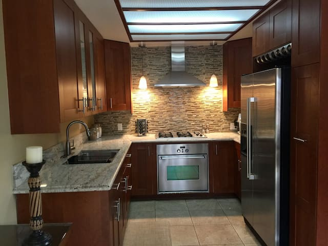 Large quiet 2 bed/1 bath - Near LAX. OWNER ON SITE