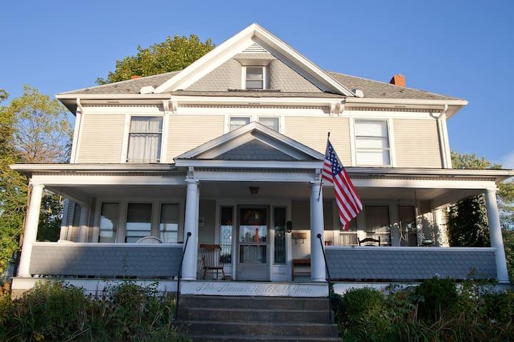 Downtown Warren historic home w/ wheelchair access