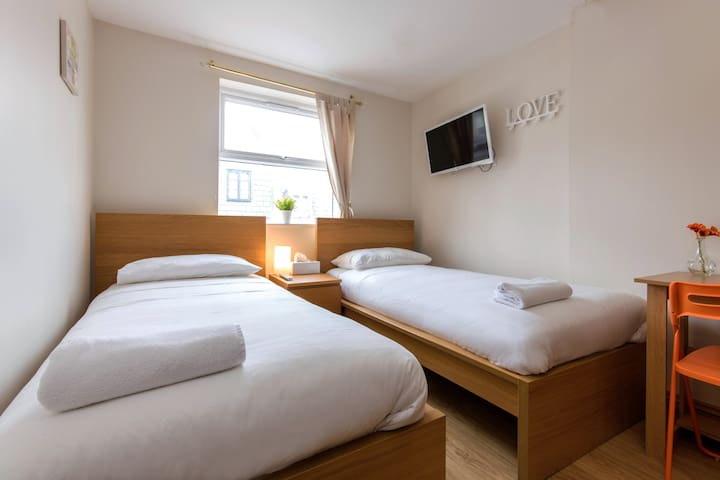 Comfy twin room for 2 in greater London! 1