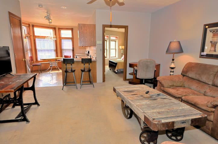Bay View Gem: Large apartment, right on the Strip!