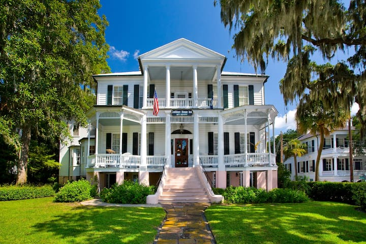 Oaks Room - Cuthbert House Inn