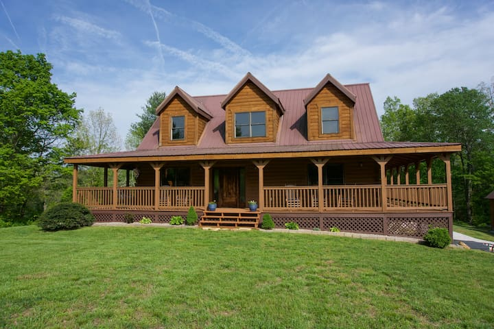 The Porch Place, Big Property for Family + Friends
