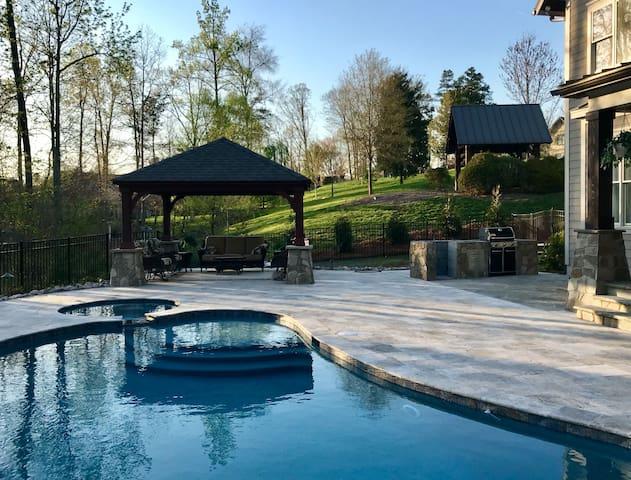 6 br, 4 1/2 bath, Outdoor Oasis, Pool, Hot tub