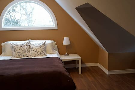 MOON ROOM: Up to 4 ppl in big room near Falls!