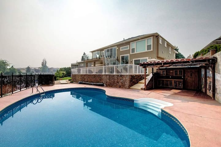 Beautiful Lake Front 2 bedroom with a private pool