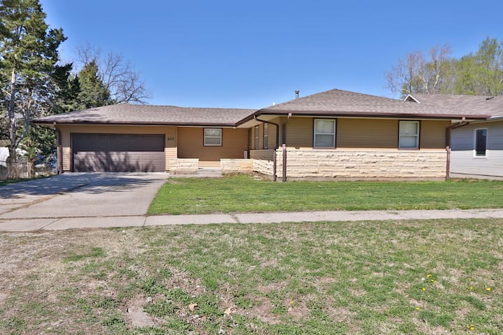 Milford home near boat ramp, Flagstop & Ft Riley!