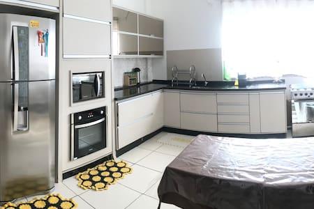 Quarto confortável em lar acolhedor na Vila A.