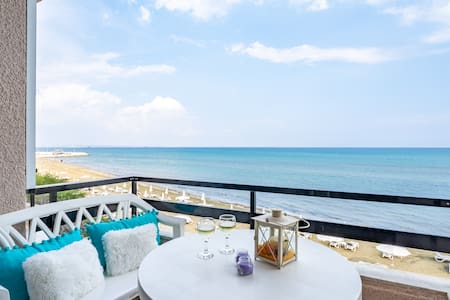 Cozy Studio with front Sea view, on the beachfront