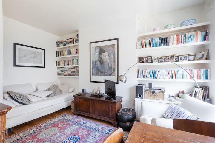Stylish bedroom close to Portobello ( ladies only)