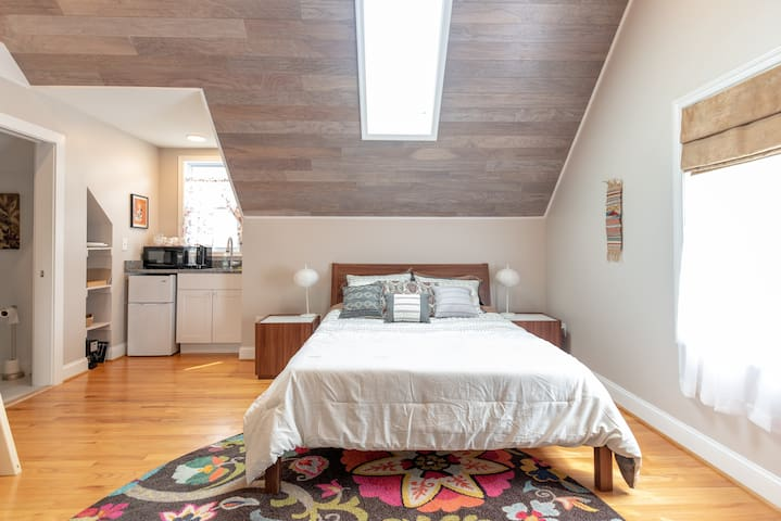 Breezy and Cozy LOFT Apartment (5 min to DC)