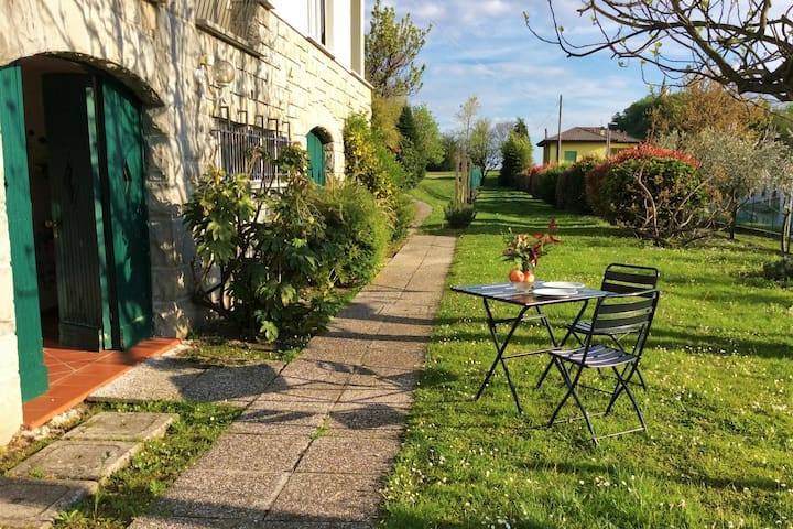 A hop to the Alps - apartment with yard in villa!