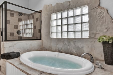 Amore: Cozy romantic carriage house w/ hot tub