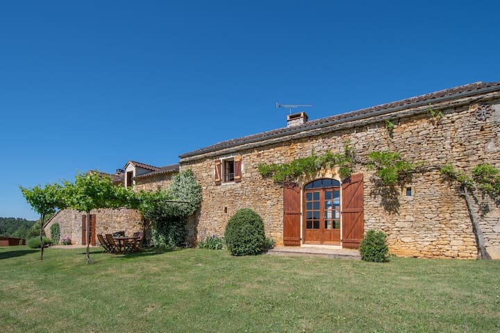Spacious Holiday Home in Sauveterre de lémance with Library