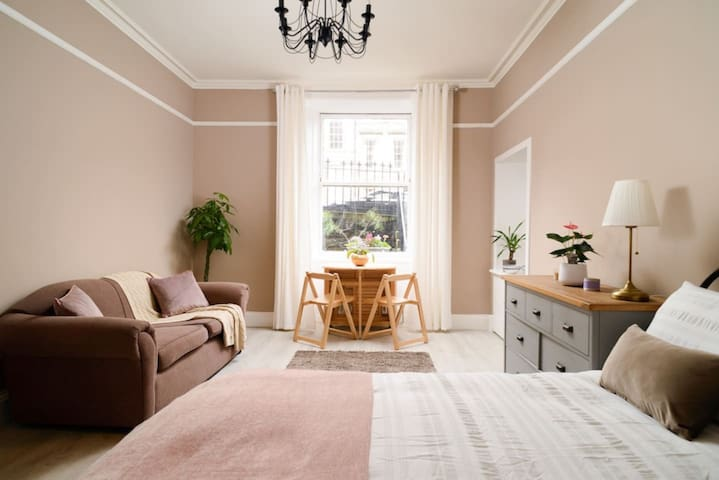 Room in gorgeous New Town flat