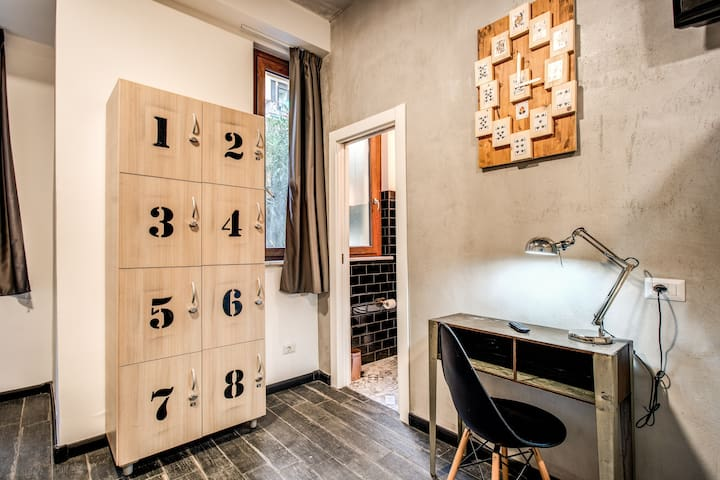 Bed in 8 male dormitory Hostel Trastevere 2