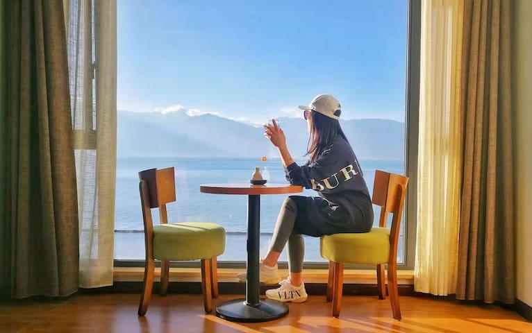 杨柳岸海景大床房205位于海东风景区,离小普陀300m,距双廊12km、机场27km、古城45km。