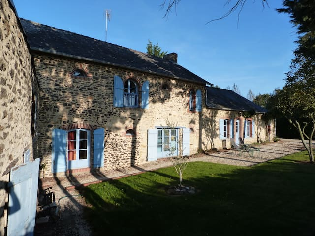 Saint-Ouën-des-Toits的民宿