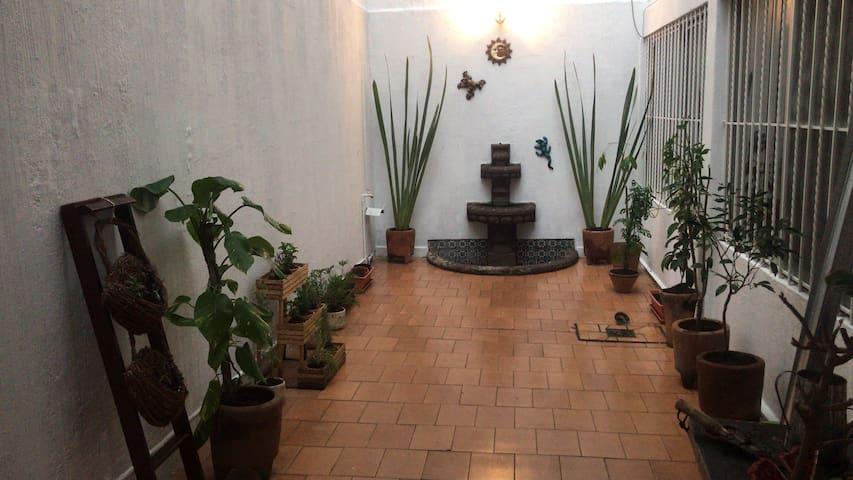 Habitación privada en casa,200mts del metro zapata