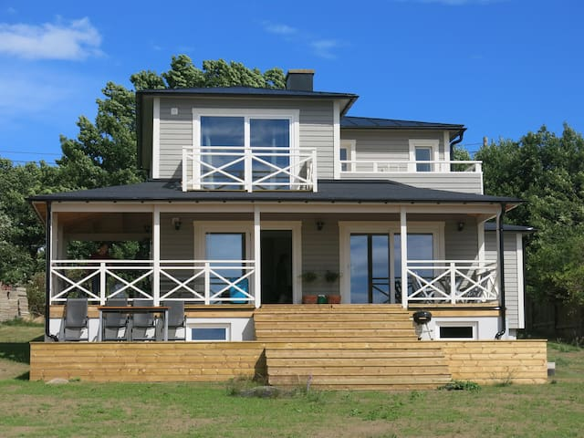 Seafront 3-bedroom house with large garden