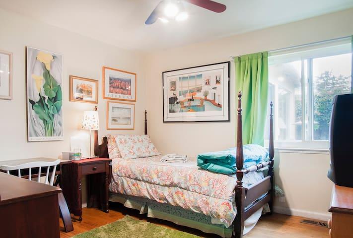Mid-peninsula:  Cozy San Mateo single room
