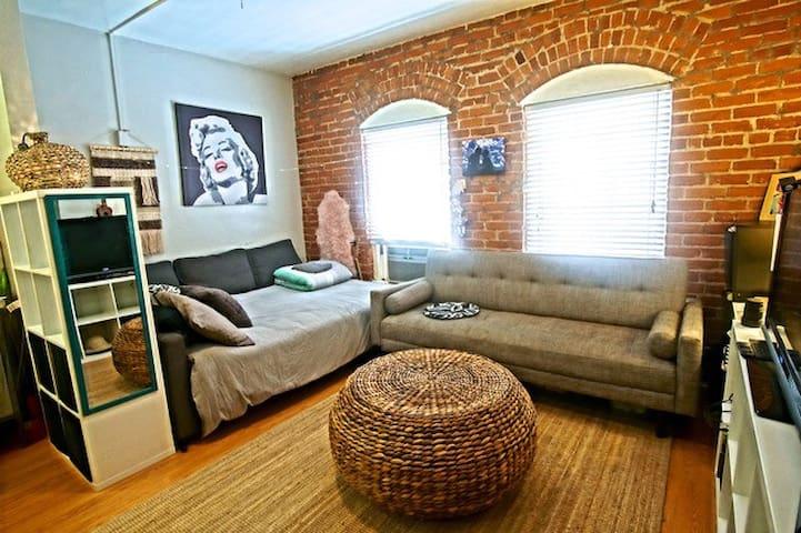 Private cozy studio-The heart of Silverlake!
