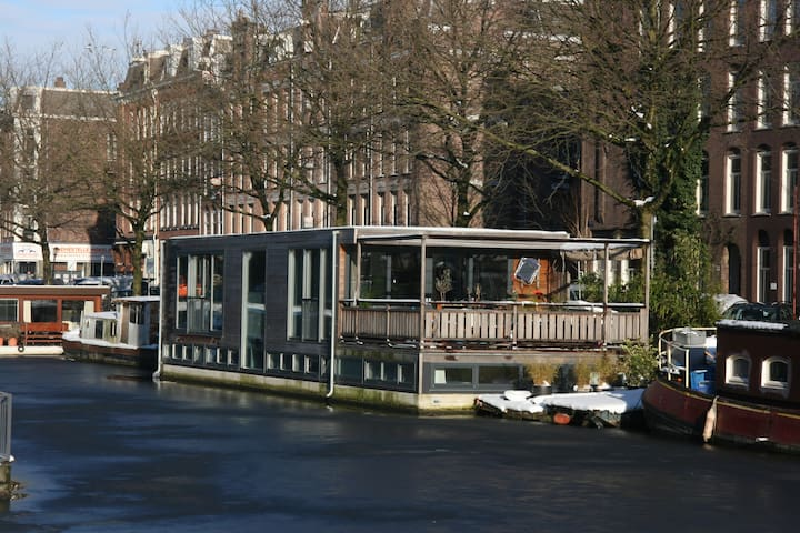House boat near museums in the Pijp