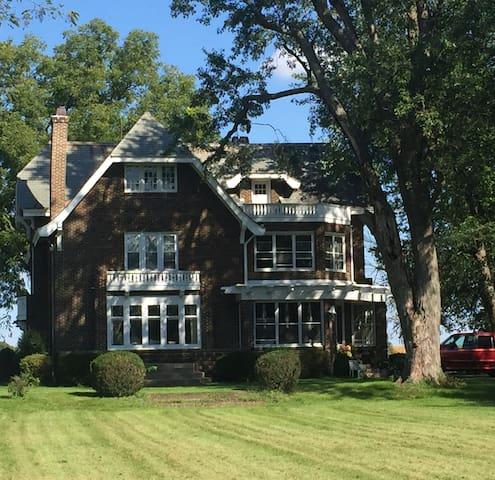 3 Bdrm/Victorian Mansion / 4 Acre Farmstead / (6)