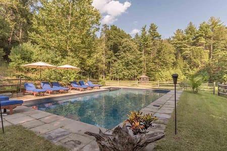 """""""Boulders Gate"""" Woodstock retreat with saline pool"""