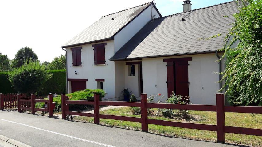 Maison en ville près d'un parc avec terrain