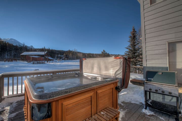 Coyote Crest- hot tub on deck