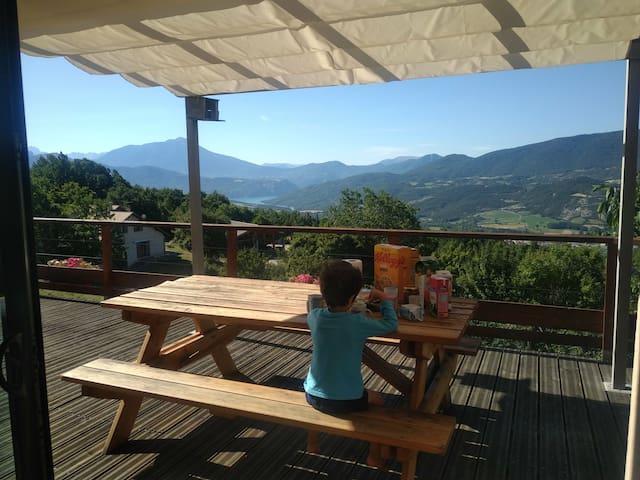 Maison sur les hauteurs, vue sur lac et montagnes