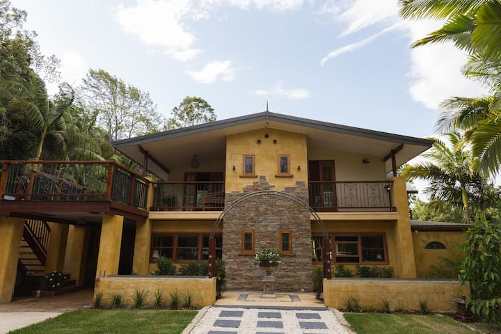 Beautiful home in Bangalow hills