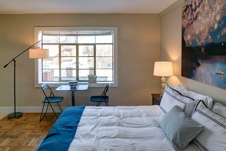 Cozy Studio with a King Bed and Parking!