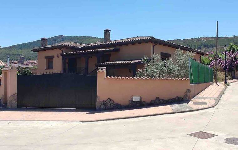 Villanueva de la Sierra的民宿