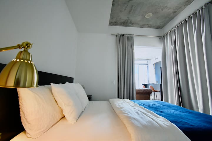 Spacious Suite v/View - CN Tower + Pool + Parking