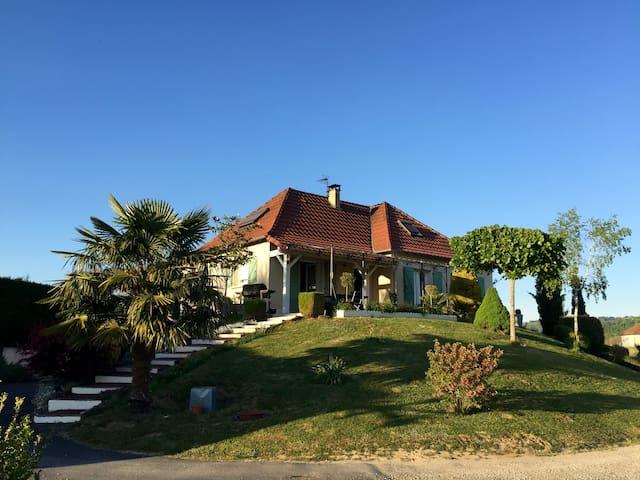 Saint-Michel-Loubéjou的民宿