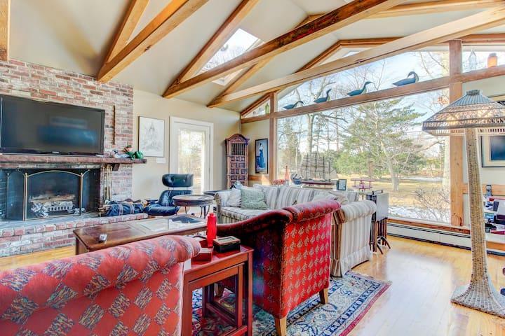Tranquil and beautifully decorated w/ well-appointed decks - short drive to town