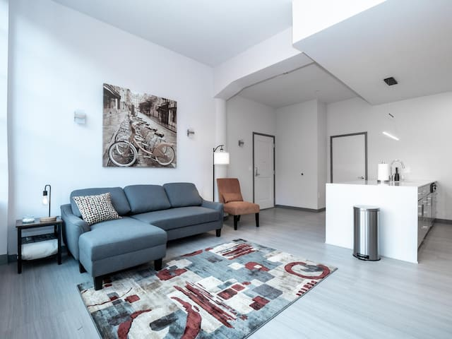 Beautiful Condo-Heart of Business District #705