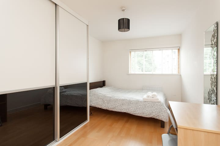 Double bedroom with ensuite Regents Canal Hackney