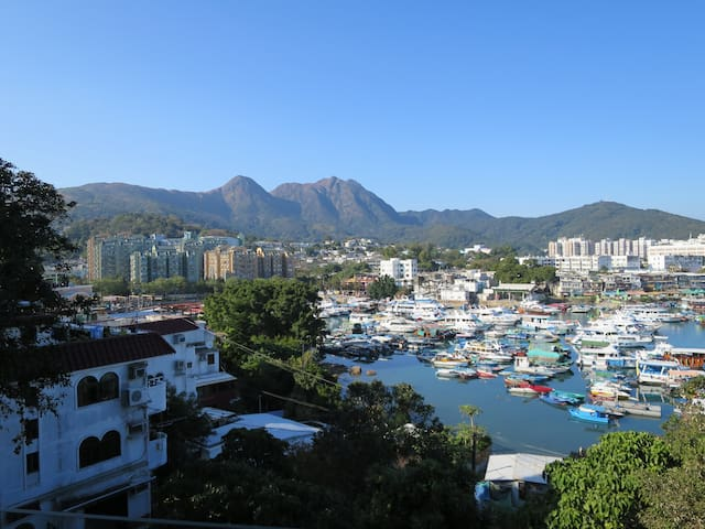 Views, privacy,  on the  edge of Sai  Kung town