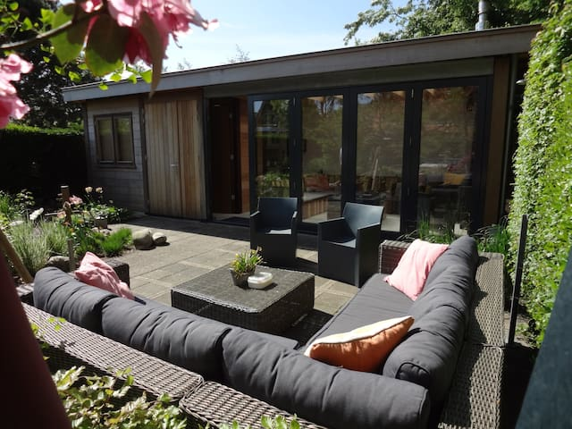 B&B Sun-drenched Garden Chalet