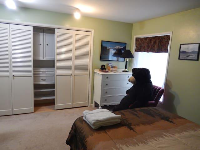 Cozy Bear room in North Douglas