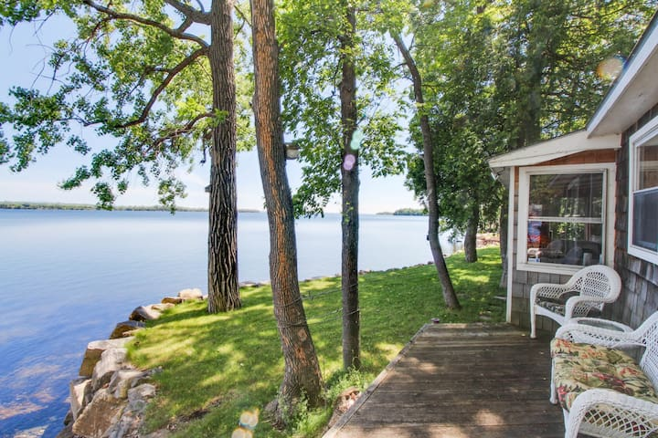 Cozy, waterfront cottage on the shores of Lake Champlain - dogs welcome!