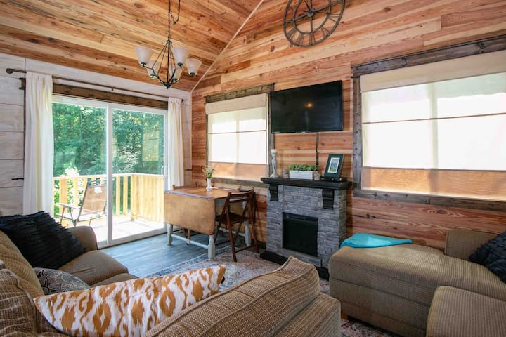 Clean Country Tiny Cabin by Shops, Parks, & TIEC